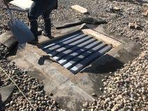AC遏制的取消;在商业黑色EPDM屋顶的屋顶修理;屋顶平台 免版税图库摄影