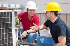 AC de Technici bespreken Probleem Stock Fotografie