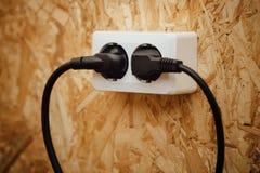 AC władzy prymka i nasadka, drewniany ścienny tło Fotografia Stock