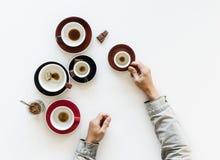 Acabado bebió las tazas de café con el chocolate fotos de archivo