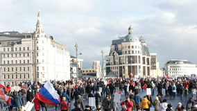 Acabamiento de la procesión inmortal en Victory Day - millares del regimiento de gente que marcha en el puente metrajes