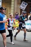 Acabamiento de Painfull del maratón del international de Praga Imagen de archivo libre de regalías