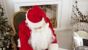 Acabamiento de Santa Claus que escribe y que comprueba su letra a un niño almacen de metraje de vídeo