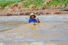 Acabamiento del pescador en el río imagen de archivo