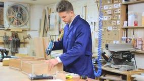 Acabamiento masculino del trabajador para perforar el cajón almacen de video