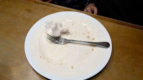 Acabe para comer y para poner la servilleta del cuchillo de la bifurcación en la placa Fotos de archivo