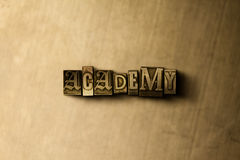 ACADÉMIE - plan rapproché de mot composé par vintage sale sur le contexte en métal Photographie stock libre de droits