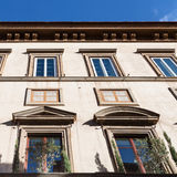 Acade des Apartmenthauses belichtet durch Sonne Lizenzfreie Stockfotos