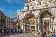 Acade do San Marco Basilica com escultura gravada e de mosaicos em Veneza Foto de Stock