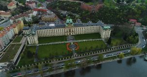 Academia de Straka, akademie de Strakova, Vltva, visión aérea, jardín de Letna, Praga almacen de metraje de vídeo