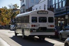 Acadia-Nationalpark-Bus bereist in Stangen-Hafen, USA, 2015 Lizenzfreies Stockbild