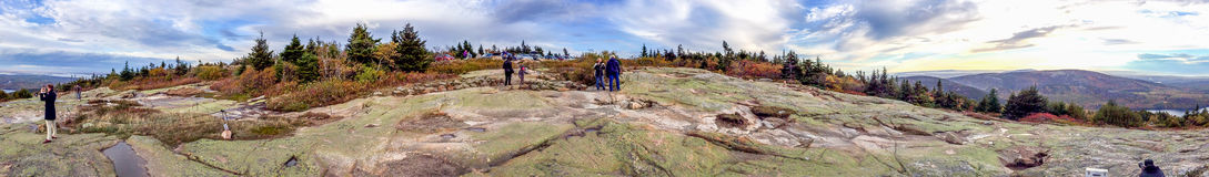 ACADIA NP, MAINE - OKTOBER 2015: Turistbesöknationalpark A Arkivbilder