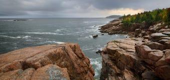 Acadia-Seeküste im Regen Lizenzfreie Stockfotos