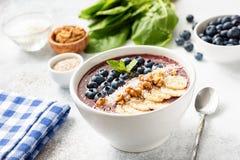 Acai-Blaubeerensmoothieschüssel mit superfood Belägen Lizenzfreies Stockbild