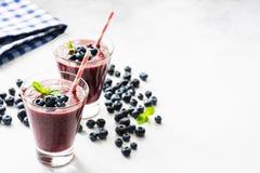 Acai czarnej jagody smoothie w szkle, odizolowywającym na bielu zdjęcia royalty free