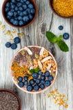 Acai-Frühstück superfoods Smoothies rollen überstiegen mit chia, Flachs und Kürbiskerne, Bienenblütenstaub, Granola, Kokosnuss un Stockfoto
