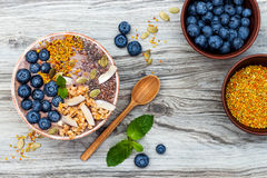 Acai-Frühstück superfoods Smoothies rollen überstiegen mit chia, Flachs und Kürbiskerne, Bienenblütenstaub, Granola, Kokosnuss un Lizenzfreies Stockbild