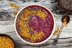 Acai-Frühstück superfoods Smoothies rollen mit chia Samen, Bienenblütenstaubbeläge Immune Förderung, entzündlicher Antismoothie Stockfotografie