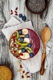Acai-Frühstück superfoods Smoothies rollen mit chia Samen, dem Bienenblütenstaub, den goji Beerenbelägen und den Früchten obenlie Stockfoto