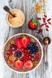 Acai-Frühstück superfoods Smoothies rollen mit chia Samen, dem Bienenblütenstaub, den goji Beerenbelägen und Erdnussbutter obenli Stockbilder