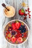 Acai-Frühstück superfoods Smoothies rollen mit chia Samen, dem Bienenblütenstaub, den goji Beerenbelägen und Erdnussbutter obenli Lizenzfreie Stockbilder