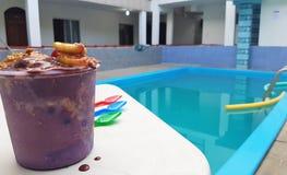 Acai-Frucht am Pool Lizenzfreie Stockbilder