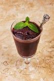 Acai-Masse im Glas mit frischer Minze Lizenzfreies Stockfoto