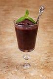 Acai-Masse im Glas mit frischer Minze Lizenzfreie Stockfotos