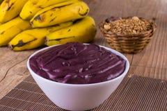 Acai mit Banane und Granola Lizenzfreies Stockfoto