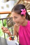 Acai-Schüssel - Mädchen, das draußen gesundes Lebensmittel isst Stockbild