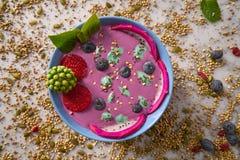 Acai-Schüssel Smoothie mit chia Erdbeerblaubeere Stockfotografie