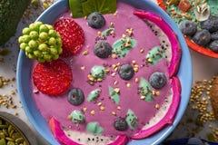 Acai-Schüssel Smoothie mit chia Erdbeerblaubeere Stockfotos