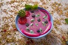 Acai-Schüssel Smoothie mit chia Erdbeerblaubeere Stockbilder