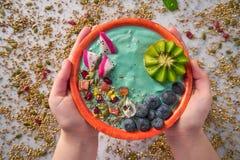 Acai-Schüssel Smoothie mit Kiwiblaubeersamen Stockfoto