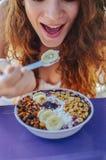 Acai-Schüsselfrau, die Morgenfrühstück am Café isst Nahaufnahme der gesunden Diät Frucht Smoothie für Gewichtsverlust mit Beeren  Lizenzfreie Stockfotos