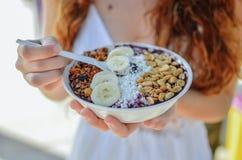 Acai-Schüsselfrau, die Morgenfrühstück am Café isst Nahaufnahme der gesunden Diät Frucht Smoothie für Gewichtsverlust mit Beeren  Stockbilder