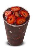 Acai-Schale Berühmte Frucht des Brasilianers von Amazonas mit Erdbeere Stockfoto