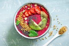 Acai und Früchte Smoothieschüssel Stockbild