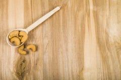 Acajoubaum in einem Löffel auf einem Holztisch Stockfotografie