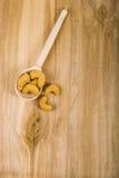 Acajoubaum in einem Löffel auf einem Holztisch Lizenzfreie Stockfotografie