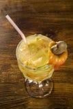 Acajoubaum-Frucht Caipirinha von Brasilien auf hölzernem Hintergrund Lizenzfreie Stockfotografie