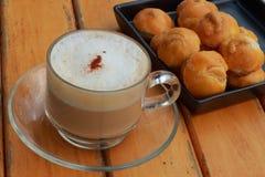 Acajoubaum-Plätzchen mit heißem Kaffee Stockbilder