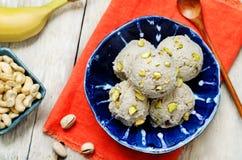 Acajoubaumbananen-Eiscreme des strengen Vegetariers mit Pistazien Stockbilder