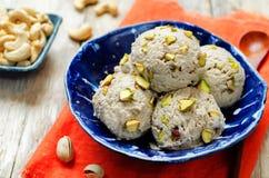 Acajoubaumbananen-Eiscreme des strengen Vegetariers mit Pistazien Stockfotos