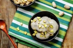 Acajoubaumbananen-Eiscreme des strengen Vegetariers mit Pistazien Lizenzfreies Stockfoto