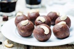 Acajoubaumschokoladenbälle der schwarzen Bohnen lizenzfreie stockbilder