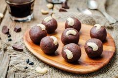 Acajoubaumschokoladenbälle der schwarzen Bohnen stockbild