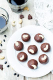 Acajoubaumschokoladenbälle der schwarzen Bohnen lizenzfreie stockfotos