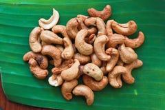 Acajounüsse auf Bananenblatt Stockfotografie