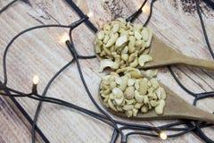 Acajounüsse auf braunem hölzernem Hintergrund, Seitenansicht mit Lichtern Lizenzfreies Stockbild